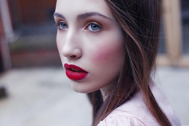 Comment porter le rouge à lèvres rouge ?